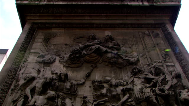 heroic sculptures are depicted on the pedestal of a london monument. - carving craft product stock videos & royalty-free footage