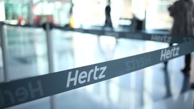 vídeos de stock e filmes b-roll de hertz global holdings, inc. rental location is pictured at charlotte douglas international airport in charlotte, north carolina, u.s., on friday,... - aluguer de automóveis