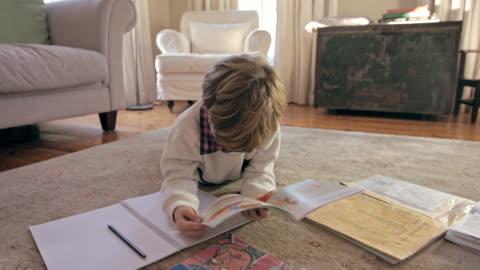 han är en ljus liten pojke - rita bildbanksvideor och videomaterial från bakom kulisserna