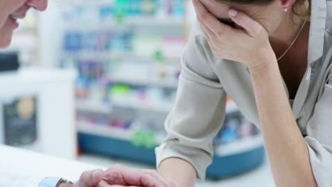 vidéos et rushes de il est un pharmacien qui s'en soucie - soutien