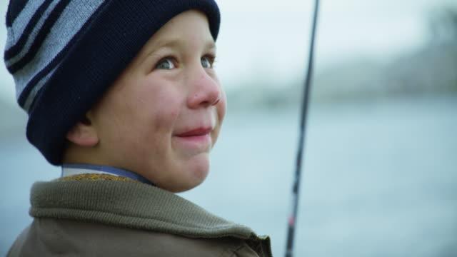 彼は「リール」漁師だ - 釣りをする点の映像素材/bロール