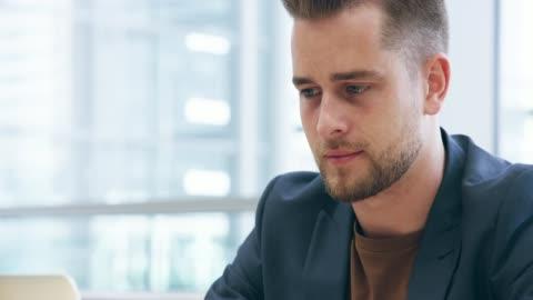 vidéos et rushes de il se concentre sur ses tâches immédiates - jeunes hommes