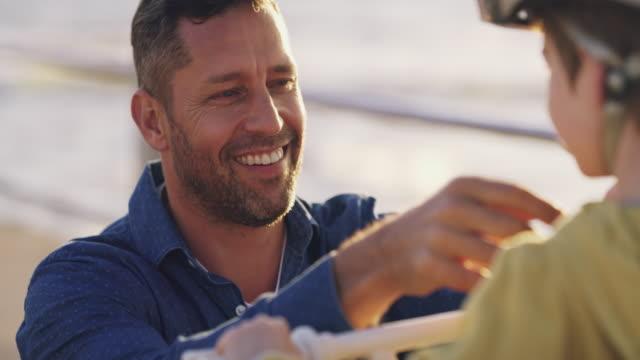 vídeos de stock, filmes e b-roll de ele é um pai orgulhoso! - etnia caucasiana