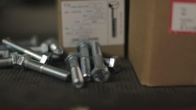 vidéos et rushes de hex bolts - groupe moyen d'objets