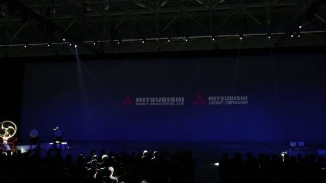 vídeos y material grabado en eventos de stock de hideaki omiya chairman of mitsubishi heavy industries ltd speaks during a rollout ceremony for the mitsubishi regional jet passenger aircraft... - presidente de organización