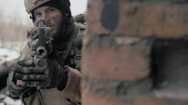 hiding before the attack - 戦争点の映像素材/bロール