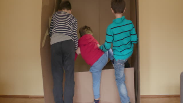 vídeos de stock, filmes e b-roll de escondendo-se em caixa de papelão - caixa de papelão