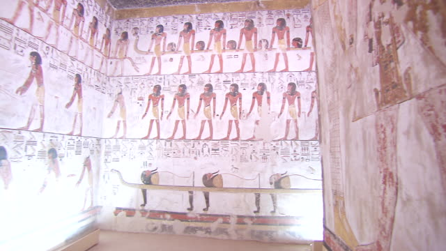 vídeos de stock, filmes e b-roll de ms pan hieroglyphics painting in tomb of seti 1 / egypt - cultura egípcia