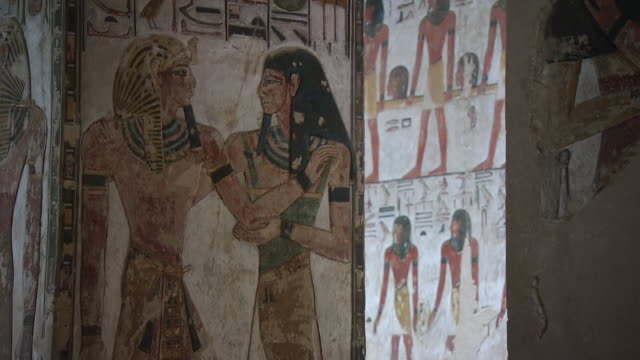 cu hieroglyphics paintings on wall in the tomb of seti 1 / egypt - figura maschile video stock e b–roll