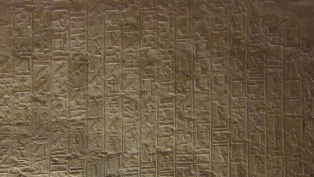 vídeos y material grabado en eventos de stock de cu zo hieroglyphics symbols on the wall of karnak temple / egypt - jeroglífico