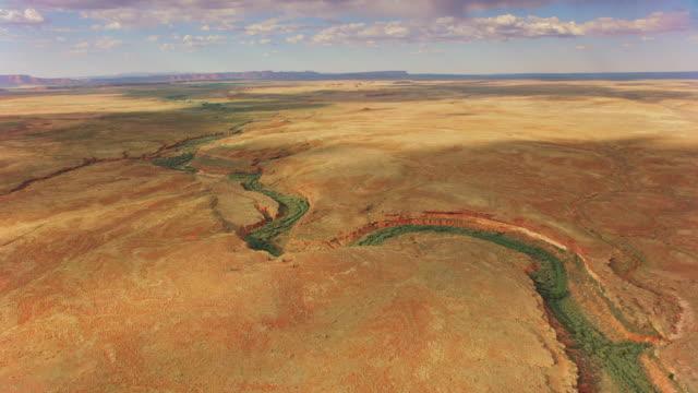 コロラド川の上のエアリアルハイとサウスリムのグランドキャニオン - グランドキャニオン点の映像素材/bロール