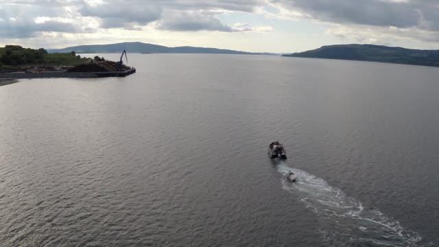 vídeos y material grabado en eventos de stock de high aerial shot of dead humpback whale being towed - isla de mull