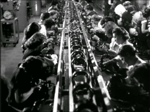 b/w high angle 1950 women working on motors in assembly line - produktionslinjearbetare bildbanksvideor och videomaterial från bakom kulisserna