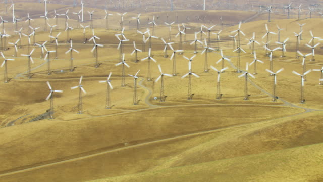 high angle aerial of california wind farm - windkraftanlage stock-videos und b-roll-filmmaterial