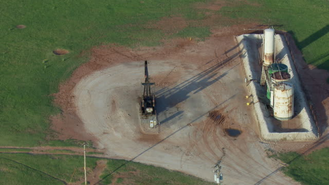 vidéos et rushes de high angle aerial of oklahoma oil well - tour de forage