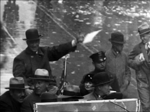 vidéos et rushes de b/w 1928 high angle al smith in car waving to crowd during parade on nyc street / documentary - 1928