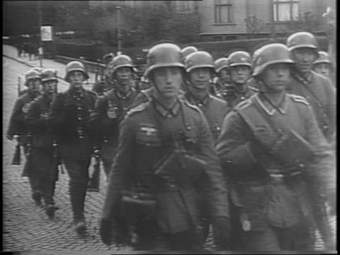 vídeos y material grabado en eventos de stock de high angle and wide street shots of nazis marching through oslo norway / wide shots of norwegians fleeing the country by car while they nearly... - 1940