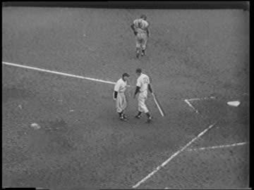 high angle batter talking to coach / coach hits him on buttocks / catcher walking / polo grounds - 1951 bildbanksvideor och videomaterial från bakom kulisserna