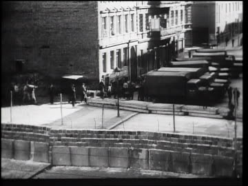 vidéos et rushes de high angle beginning of berlin wall under construction / berlin, germany / newsreel - 1961
