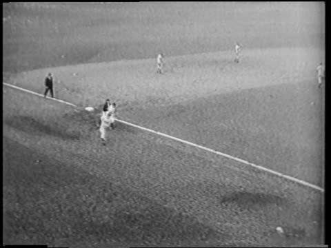 vídeos de stock e filmes b-roll de b/w 1951 high angle pan bobby thomson running to home plate waiting crowd of fellow players - camisola de basebol