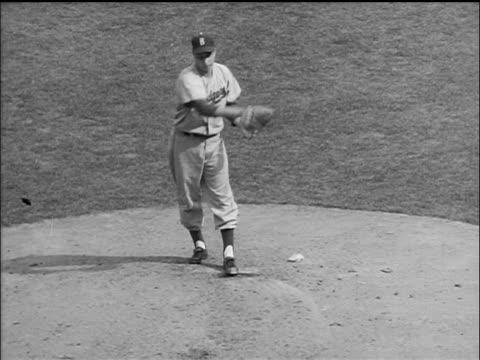 vídeos y material grabado en eventos de stock de b/w 1955 high angle brooklyn dodger johnny podres pitching ball / world series / yankee stadium - uniforme de béisbol