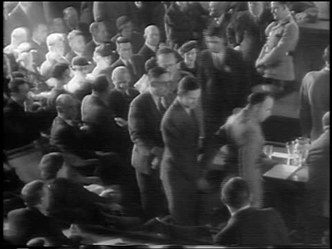 vidéos et rushes de b/w 1935 high angle bruno hauptmann being led to seat at lindbergh kidnapping trial / flemington nj - 1935
