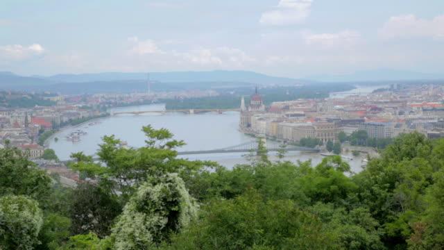 vídeos de stock e filmes b-roll de high angle budapest from gellert hill - ponte das correntes ponte suspensa