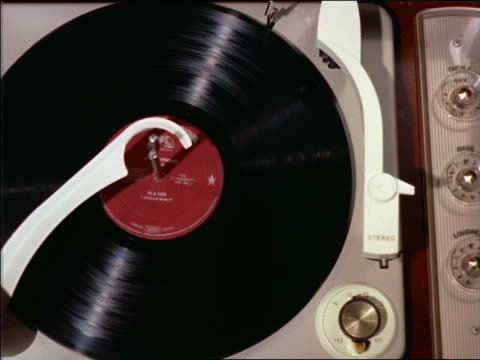 stockvideo's en b-roll-footage met 1958 high angle close up 33 rpm rca record playing - draaitafel
