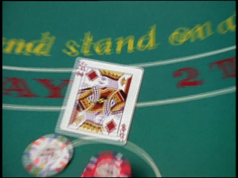 stockvideo's en b-roll-footage met high angle close up zoom in king of diamonds and ace of spades on blackjack table - koning koninklijk persoon