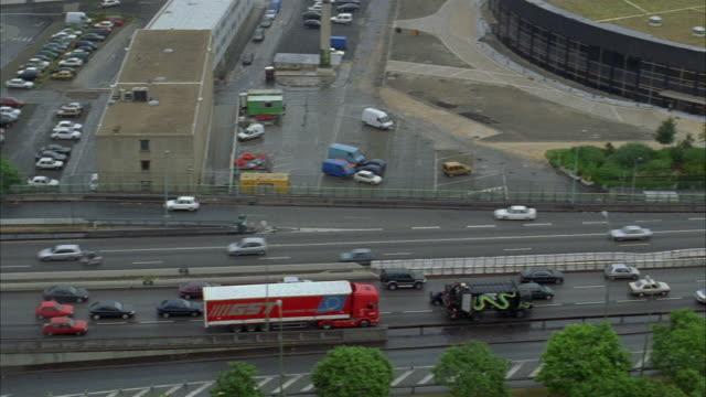 vidéos et rushes de high angle crane shot over traffic and buildings in paris - autoroute