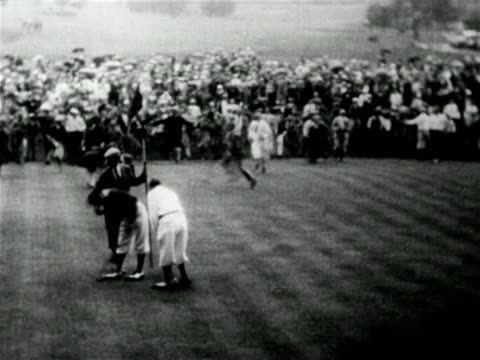 vídeos y material grabado en eventos de stock de high angle crowd congratulating winner johnny farrell on 18th green / mateson, il / u.s. open - 1928
