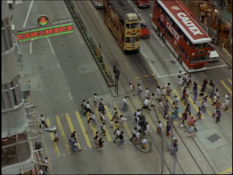 high angle crowd crossing street at intersection / hong kong - anno 1997 video stock e b–roll