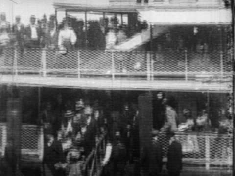 b/w 1897 high angle crowd disembarking from sightseeing boat / nyc / newsreel - 19世紀点の映像素材/bロール