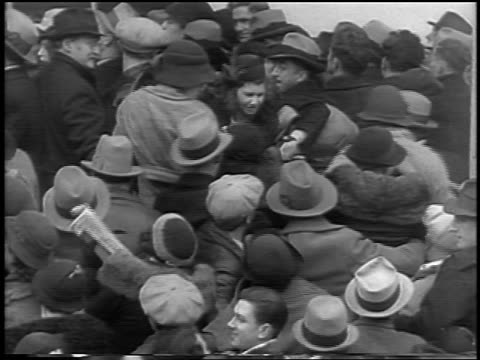 vidéos et rushes de b/w 1935 high angle crowd gathered outside courthouse at lindbergh kidnapping trial / flemington nj / news - 1935