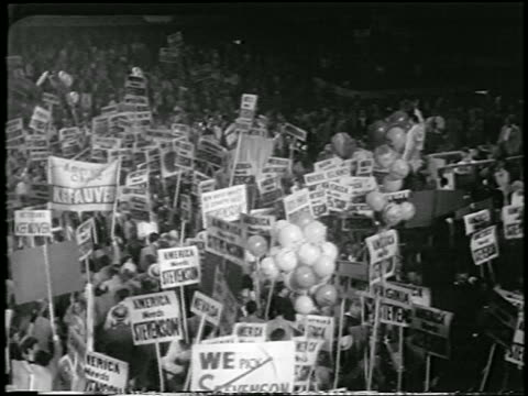 vídeos y material grabado en eventos de stock de high angle crowd holding signs at democratic national convention / chicago / newsreel - 1952