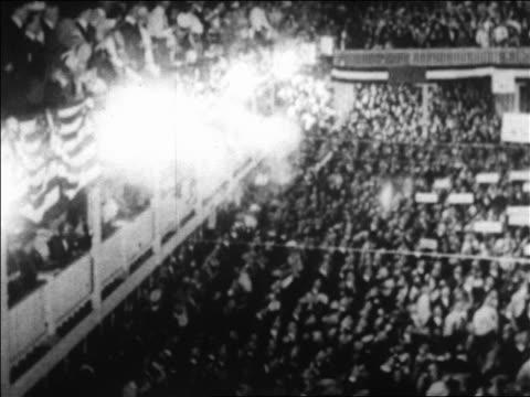vídeos de stock e filmes b-roll de b/w 1920 high angle pan crowd in republican national convention in blackstone hotel chicago / newsreel - eleição presidencial dos estados unidos da américa