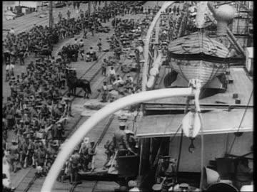 vidéos et rushes de high angle crowd of japanese troops climbing aboard ship / japan invading manchuria - 1931