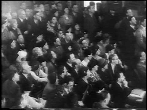 vidéos et rushes de b/w 1935 high angle crowd seated at lindbergh kidnapping trial / flemington nj / newsreel - 1935