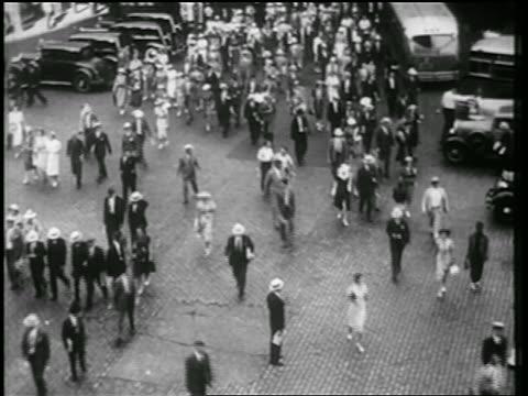 vídeos de stock, filmes e b-roll de b/w 1939 high angle crowd walking on cobblestone street / nyc / documentary - high street
