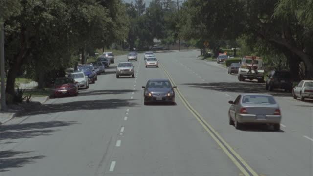 vídeos de stock e filmes b-roll de high angle down tracking shot of cars driving - 2007