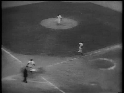 vídeos de stock e filmes b-roll de b/w 1953 high angle pan duke snider walking to first base / world series / yankee stadium / nyc - camisola de basebol