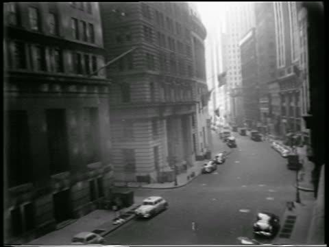 vídeos de stock, filmes e b-roll de high angle empty nyc street during civil defense drill / newsreel - high street