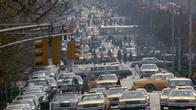 vídeos y material grabado en eventos de stock de high angle heavy traffic and people crossing streets on park avenue / manhattan, new york city - 1990