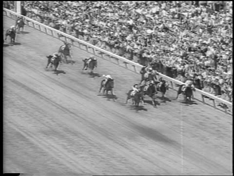 vídeos y material grabado en eventos de stock de b/w 1962 high angle horses running in kentucky derby / #3 pulling into lead / newsreel - 1962