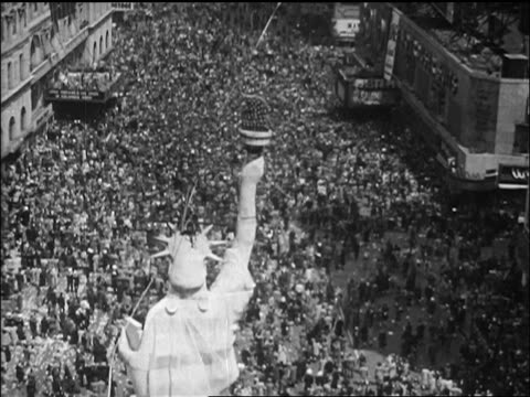 high angle huge crowd gathered around facsimile of statue of liberty / nyc / newsreel - 1945 stock-videos und b-roll-filmmaterial