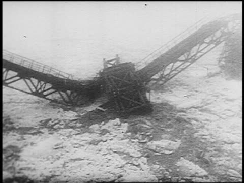 vidéos et rushes de high angle ice floes moving through river causing bridge to collapse - force de la nature