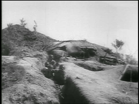 stockvideo's en b-roll-footage met b/w 1950 high angle korean soldiers run thru trenches / one gets into position to shoot /start of korean war - koreaanse oorlog