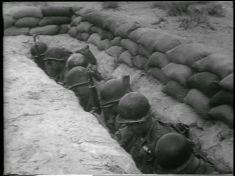 b/w 1952 high angle line of soldiers in helmets looking down in foxhole before hbomb explosion / nevada - anno 1952 video stock e b–roll