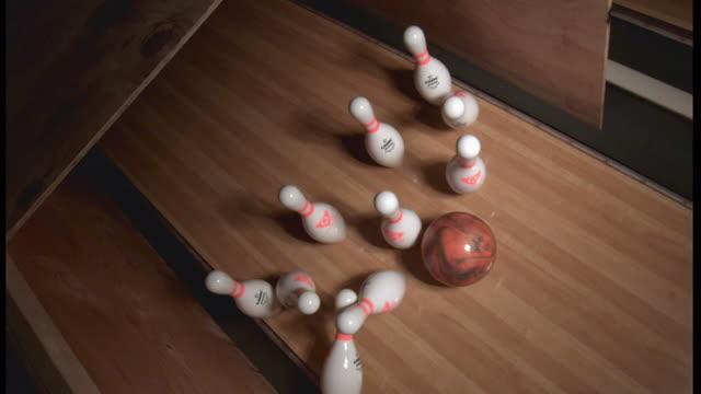 stockvideo's en b-roll-footage met high angle, locked down - a bowling ball knocks down pins on a bowling lane / usa - bowlingbal