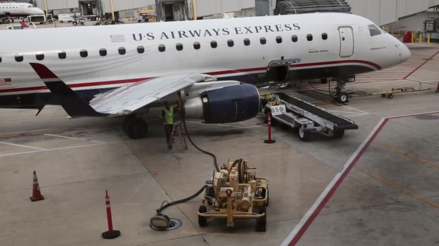 vidéos et rushes de high angle long shot a crew member fills up a jet at reagan national airport in arlington va august 16 2013 - aéroport ronald reagan